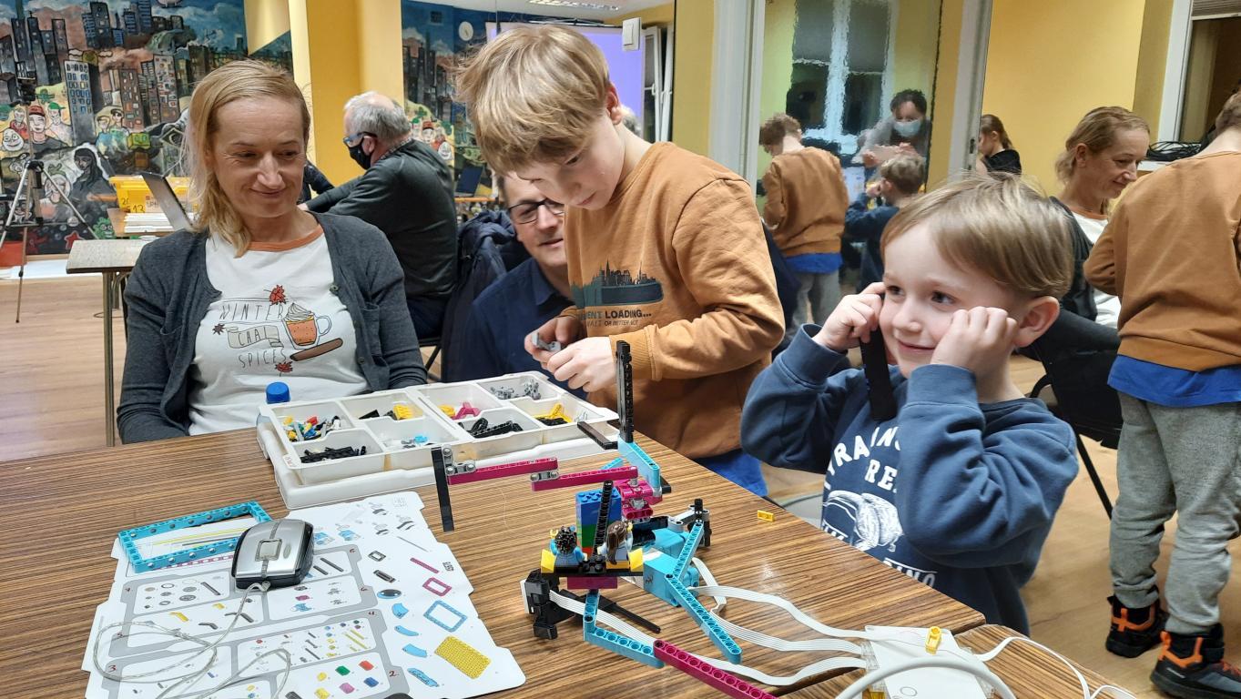 Robotyka dla dziadka i smyka - Fundacja Fylion  zajęcia RoboSEN